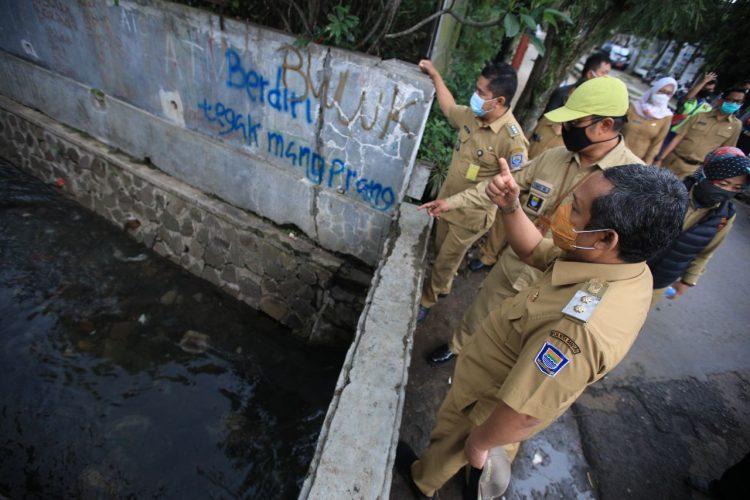 Wakil wali Kota Bandung memantau saluran air di Sukajadi, Senin (26/10/2020). (tan/pasjabar)